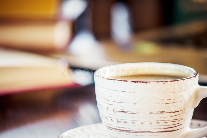 Kawowy ranek w miejscu pracy z laptopem lub książką Selekcyjna ostrość zdjęcie stock