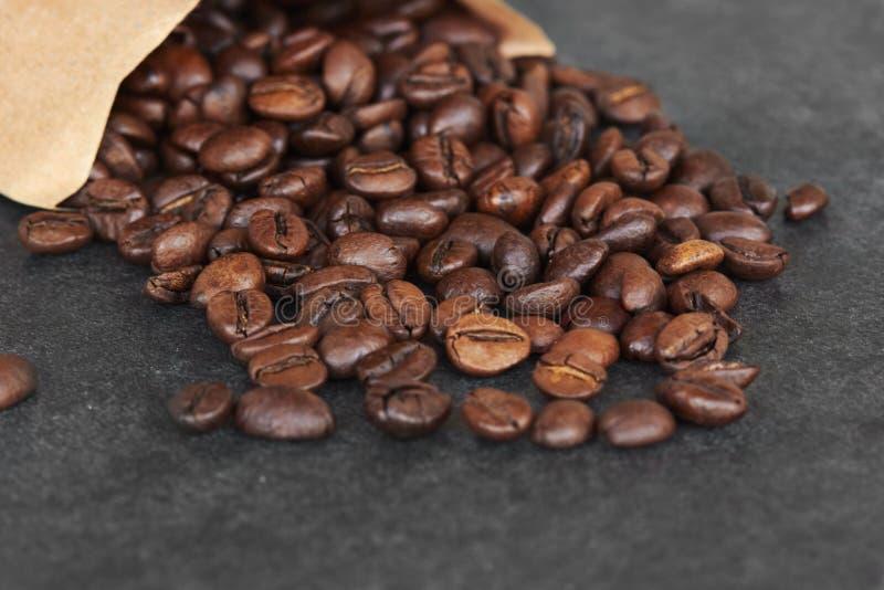 Kawowy skład na ciemnym tle z przestrzenią dla teksta obraz stock