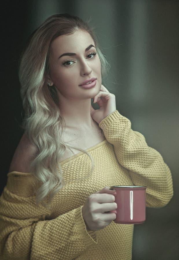 kawowy szczęśliwy ranek Żeński portret, młoda dorosła kobieta obraz royalty free