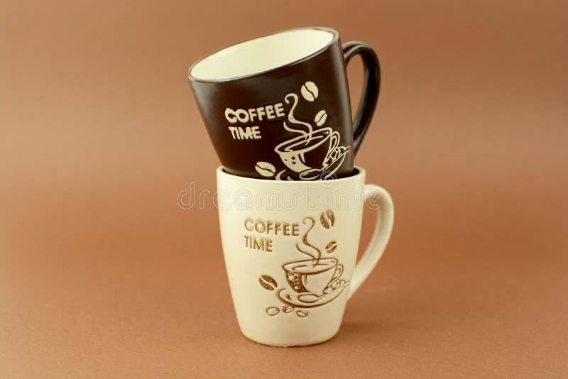 Kawowych czas filiżanek brown tło zdjęcia stock