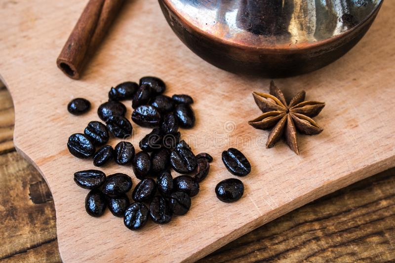 Kawowych fasoli cynamonowy onyks na drewnianym tle fotografia royalty free