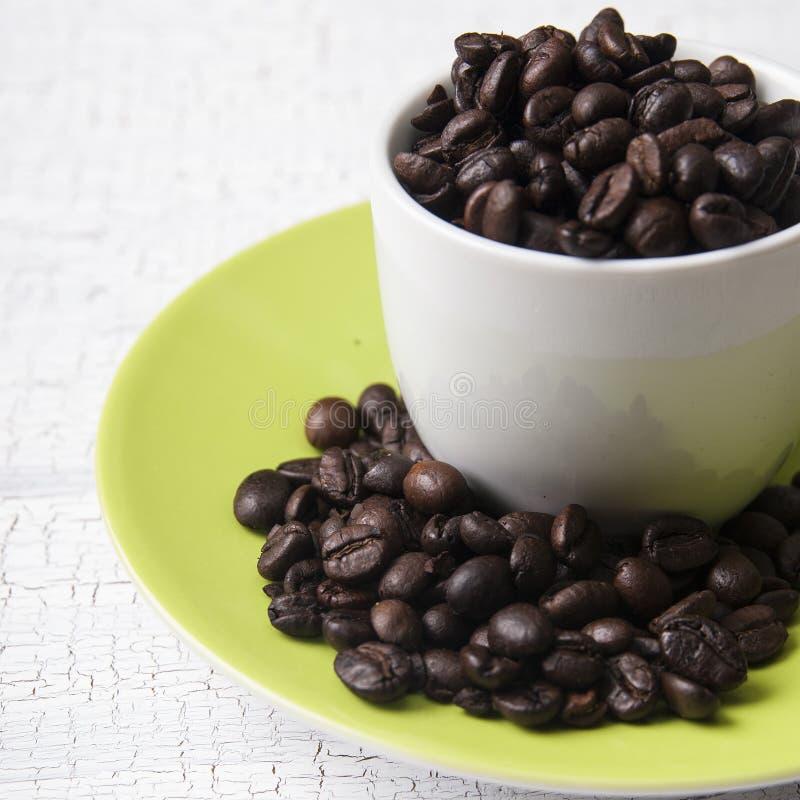 Kawowych fasoli filiżanka na stole obrazy stock