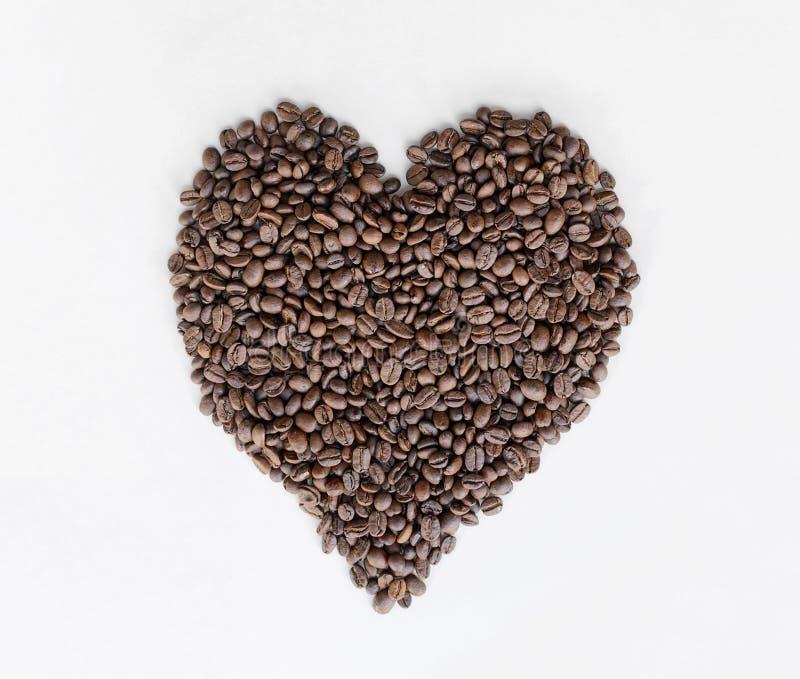 Kawowych fasoli serce odizolowywający na bielu stołu zakończeniu zdjęcie royalty free
