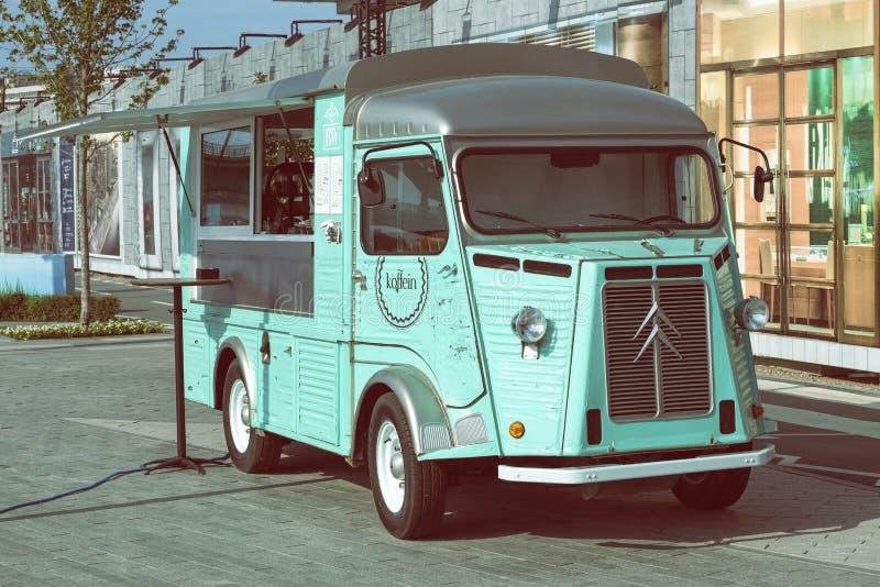 Kawy ciężarówka parkująca przy ulicą 3 zdjęcia royalty free