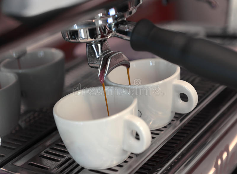 Kawy espresso dolewanie fotografia stock