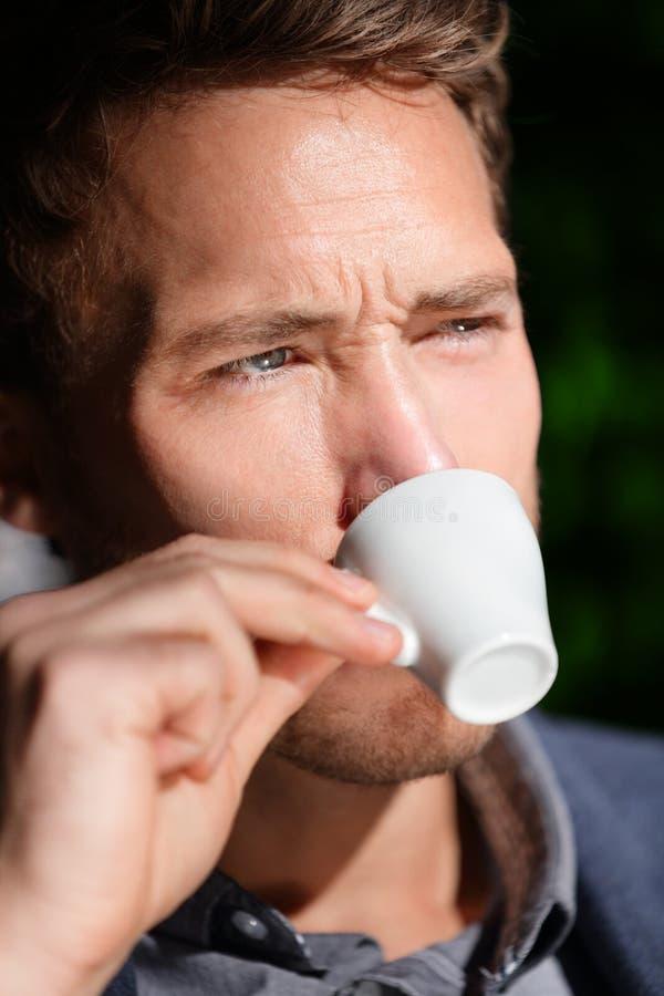 Kawy espresso kawa - obsługuje pić przy cukiernianym portretem obraz stock