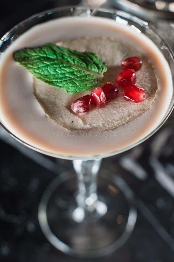 Kawy espresso Martini koktajl, adra granatowiec na wierzchołku obrazy stock