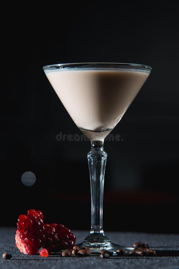 Kawy espresso Martini koktajl, adra granatowiec na wierzchołku zdjęcia stock