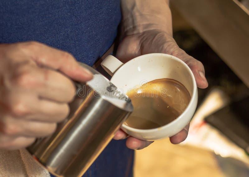 Kawy mleko, mu robić wielkiemu smacznemu gorącemu mleku z odpowiednią temperaturą, zdjęcia stock