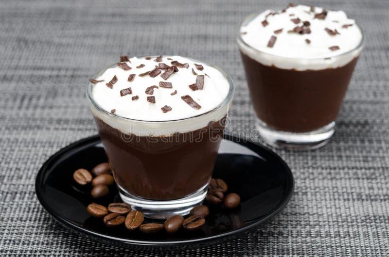 Kawy mousse z batożącą śmietanką w porcjach fotografia stock
