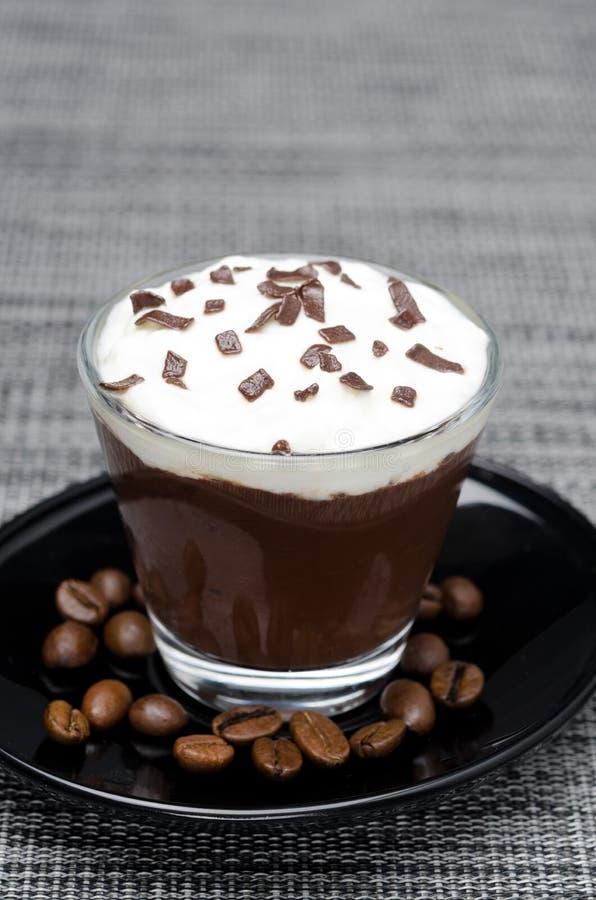 Kawy mousse z batożącą śmietanką w szkle zdjęcia royalty free