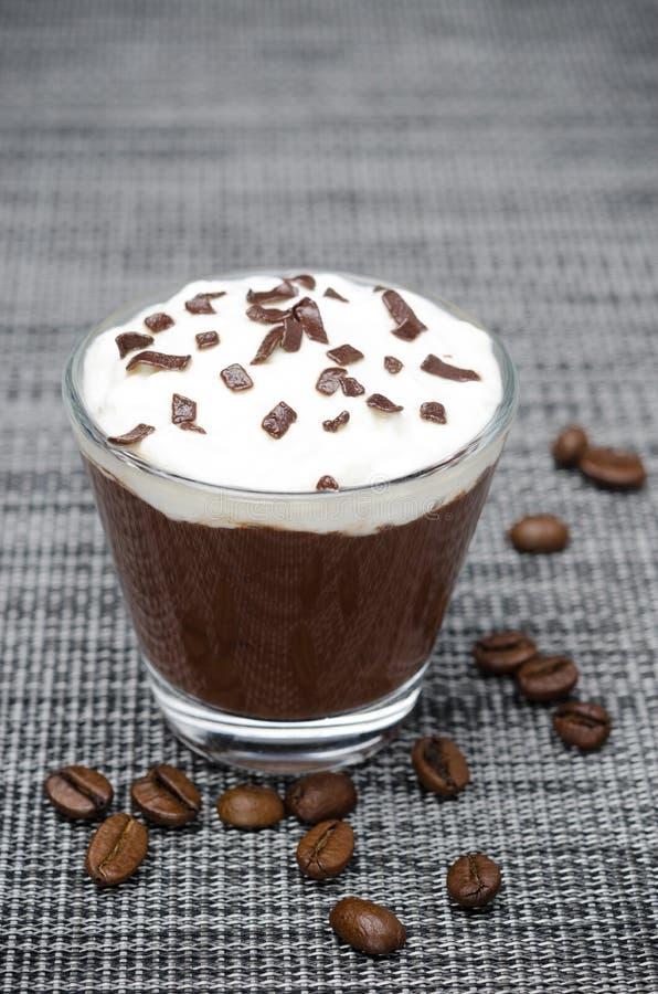 Kawy mousse z batożącą śmietanką w szkle na szarość obraz stock