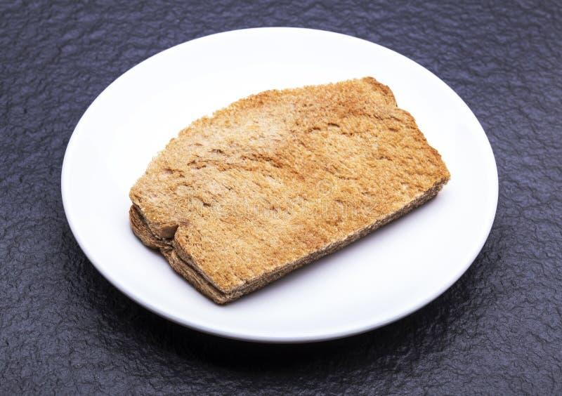 Kaya Toast (casse-croûte de l'Asie) sur le plat et la table blancs image stock