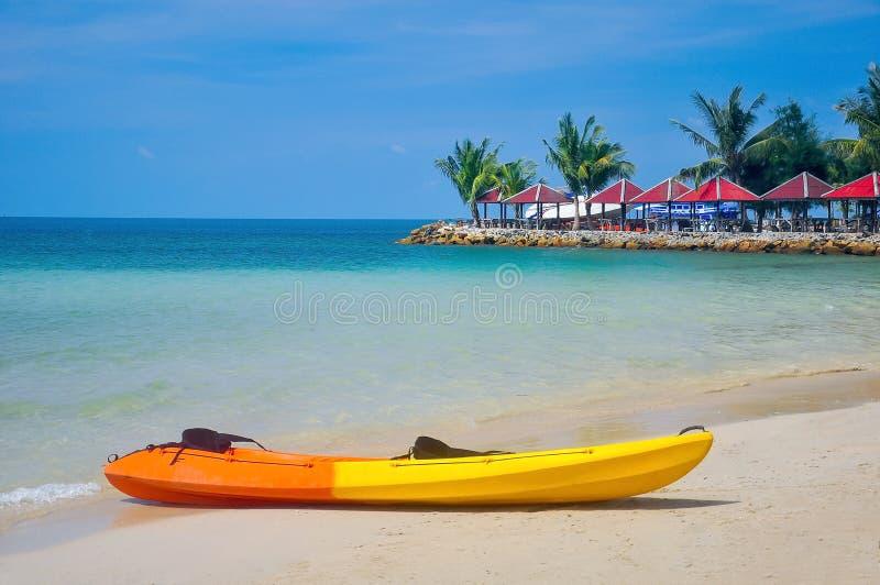 Kayak étendu sur la plage photo stock
