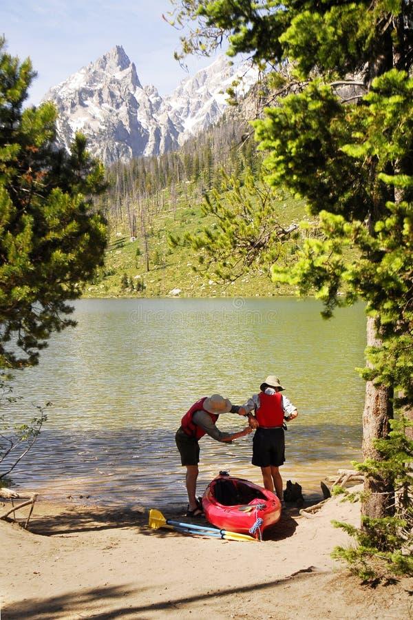 kayak подготовляя старшии к стоковое фото rf