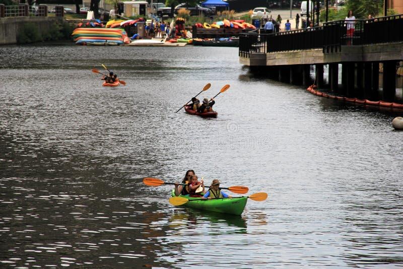 Kayak attivo su Charles River, Cambridge Massachussets, estate, 2013 delle famiglie immagine stock libera da diritti