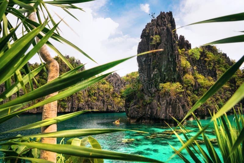 Kayak dans la grande lagune, EL Nido, Palawan, Philippines photos libres de droits