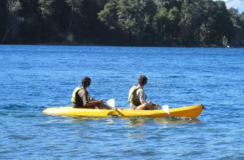 Kayak dans un lac image libre de droits