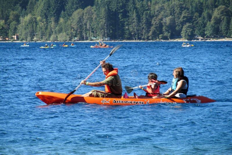 Kayak de famille dans un lac image libre de droits