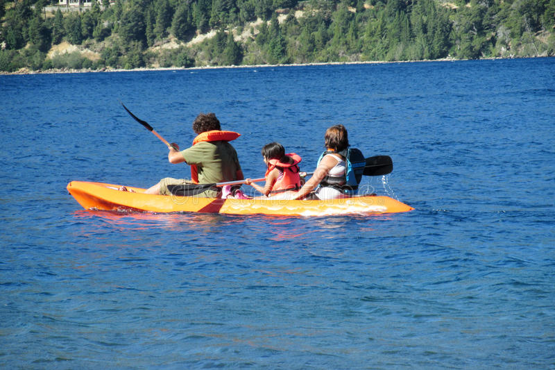 Kayak de famille dans un lac photo libre de droits