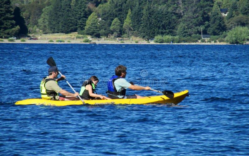Kayak de personnes dans un lac photos libres de droits