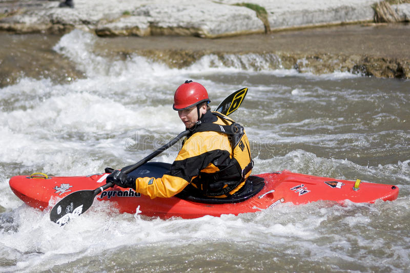 Kayak de Whitewater - espoir gauche, 31 mars 2012 images stock