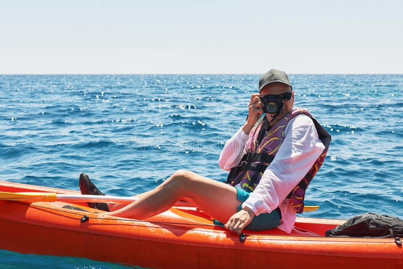 Kayak della barca vicino alle scogliere un giorno soleggiato Viaggio, concetto di sport lifestyle fotografie stock