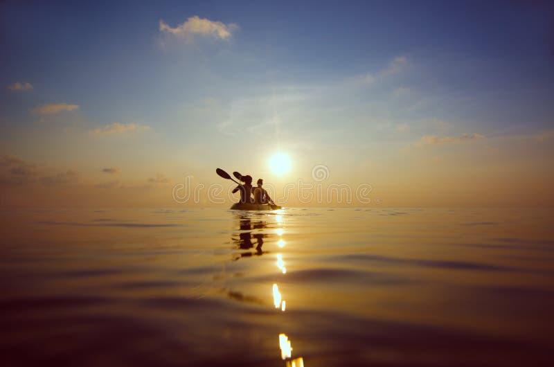 Kayak della gente al tramonto immagini stock