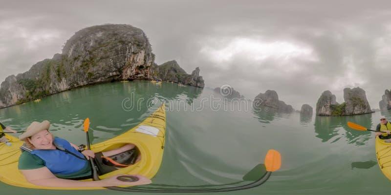 Kayak delle coppie nella baia di lunghezza Vietnam dell'ha immagini stock