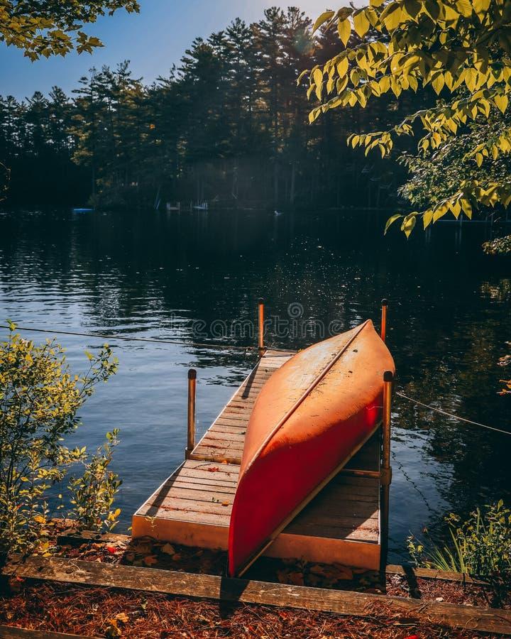 Kayak em Dock no lago em outono fotografia de stock royalty free