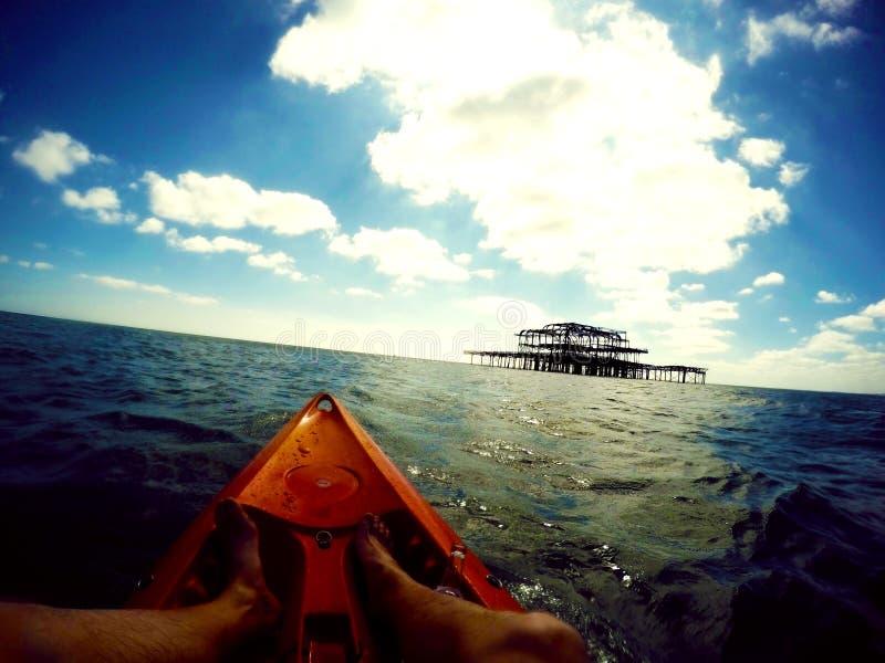 Kayak ET Pier Brighton photo libre de droits