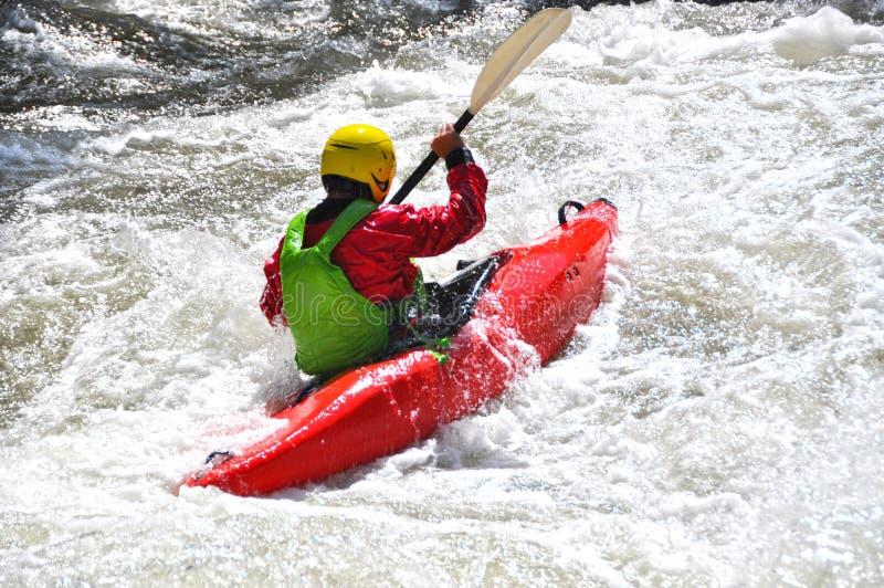 Kayak fahren als Extrem- und Spaßsport lizenzfreies stockfoto