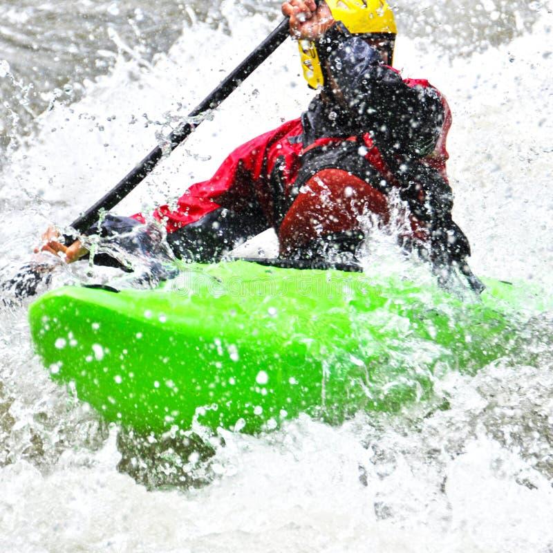 Kayak fahren als Extrem- und Spaßsport stockfotos