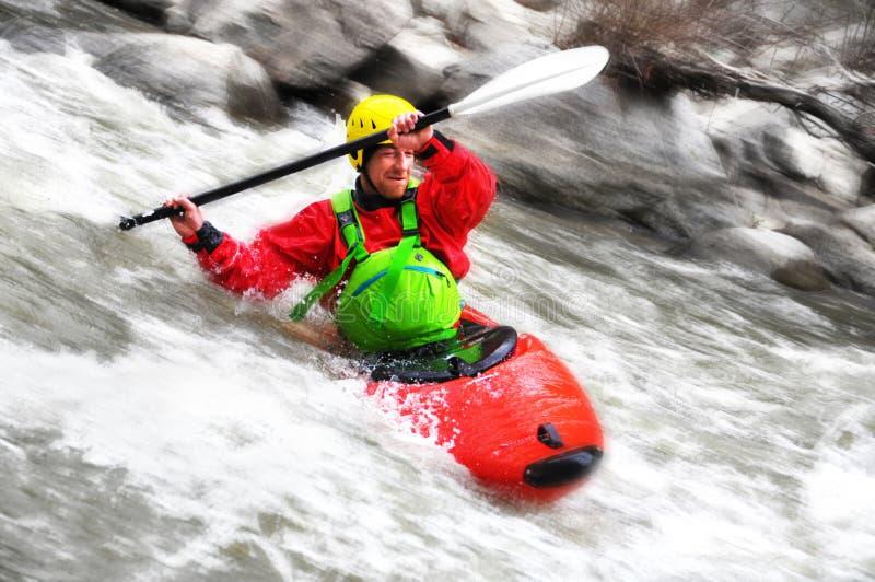 Kayak fahren als Extrem- und Spaßsport stockbilder