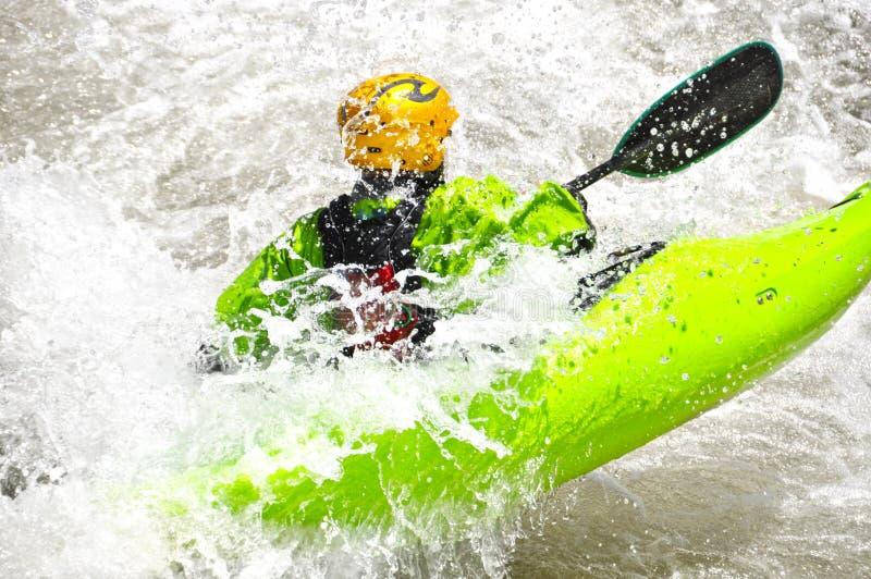 Kayak fahren als Extrem- und Spaßsport lizenzfreie stockbilder