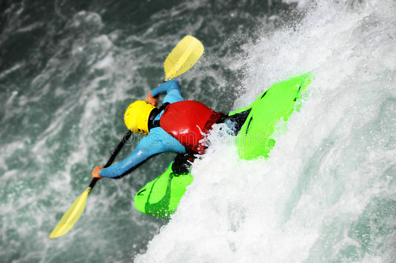 Kayak fahren als Extrem- und Spaßsport stockbild