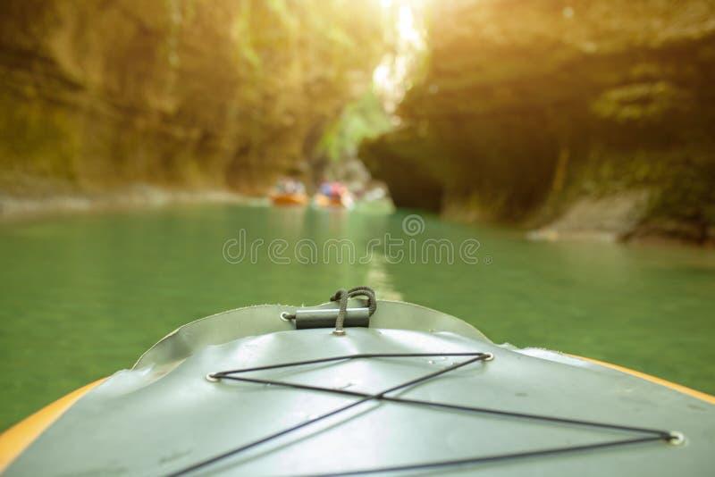 Kayak fahren auf dem Fluss Gruppe von Personen in einem Bootssegeln entlang dem Fluss Ruderer mit Rudern in einem Kanu Flößen auf lizenzfreie stockfotografie