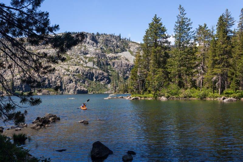 Kayak fahren auf Hochgebirgesee stockfotos