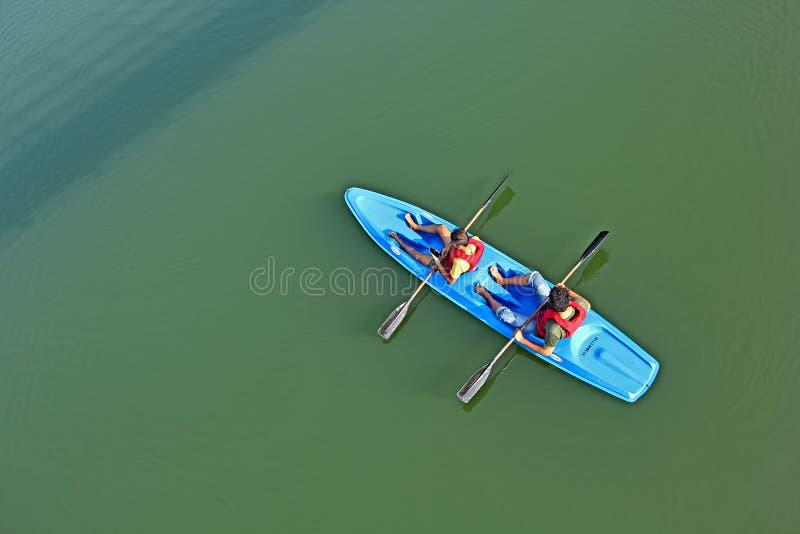 Kayak fahren in den Stauwassern von Periyar-Fluss in Kerala lizenzfreie stockfotos