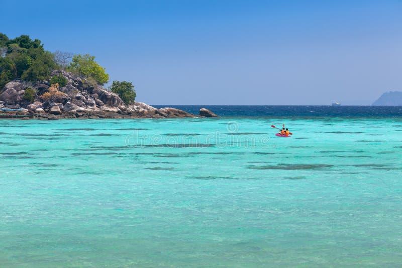 Kayak fahren in einem klaren blauen Meer bei Koh Lipe lizenzfreies stockfoto