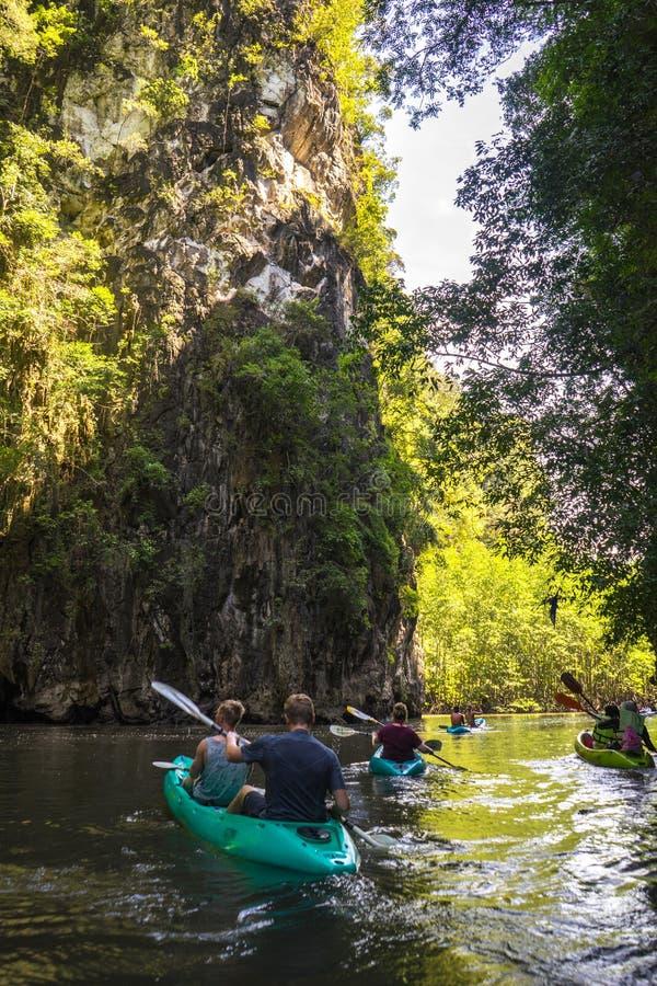 Kayak fahren im krabi lizenzfreie stockbilder