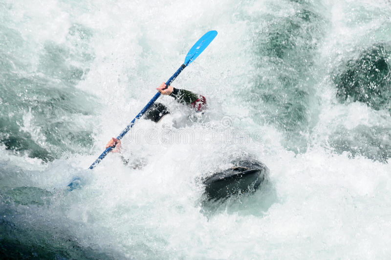 Kayak fahren im rauen Wasser lizenzfreies stockfoto