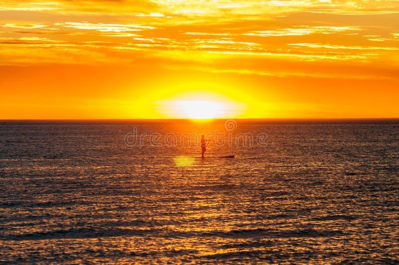 Kayak fahren im Sonnenuntergang stockfotos