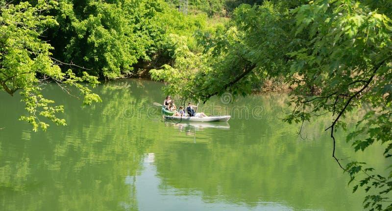 Kayak fahrende Familie stockfoto