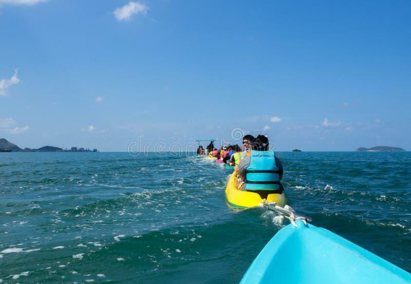 Kayak fahrende Gruppe von Personen stockfotos
