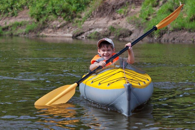 Kayak fahrende Kinder stockfotos