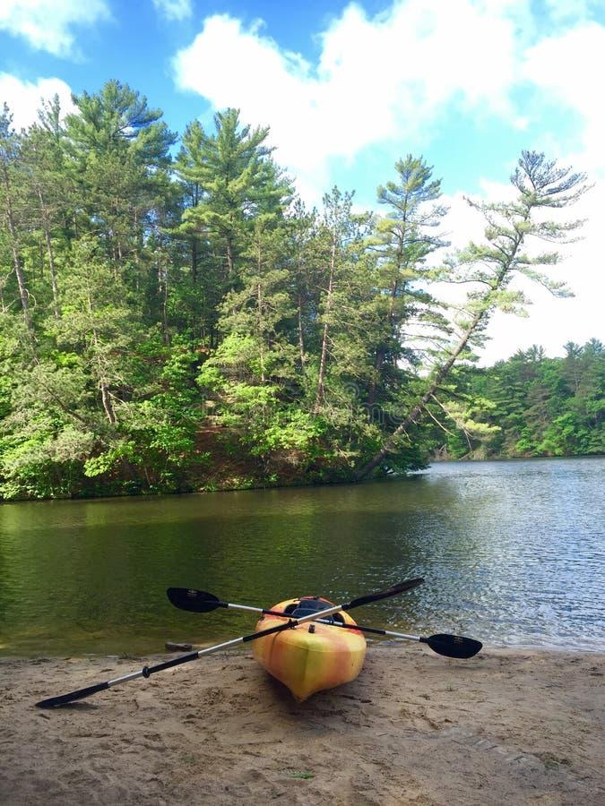 Kayak fahrender Mirror See Wisconsin stockfotos