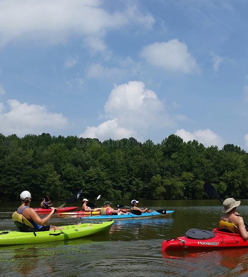 Kayak fahrender Spaß des Sommers lizenzfreie stockfotografie