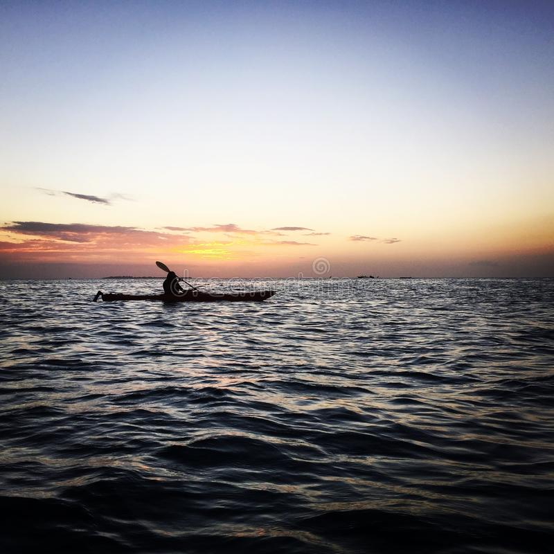 Kayak fuori dalla costa di Zanzibar immagine stock