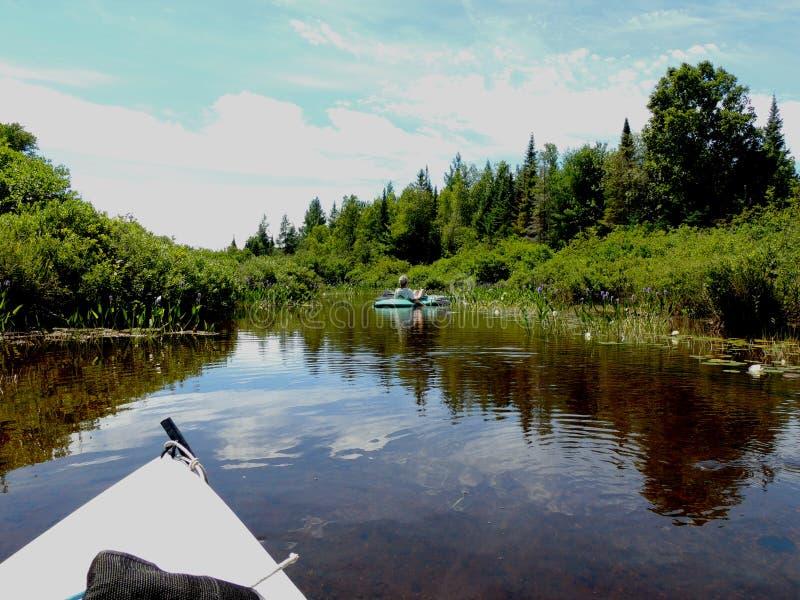 Kayak giù il fiume fotografie stock